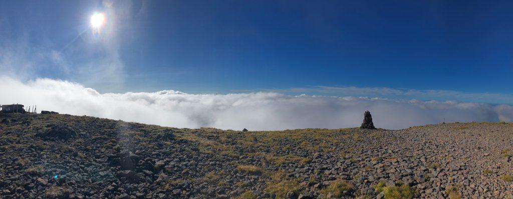 赤岳に向かって右を見ると山の奥に雲、その奥に山というなにこれ素敵。